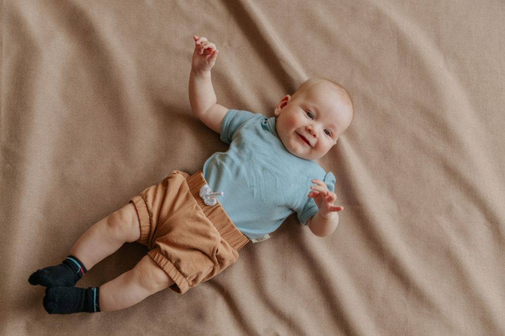 Малыш на кровати
